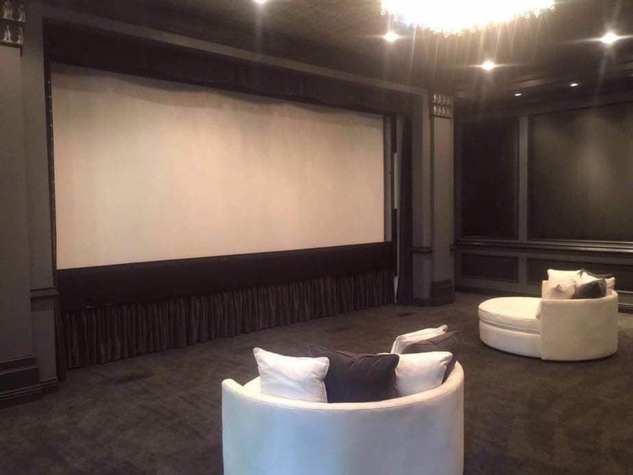 מרתף שהפך לקולנוע ביתי